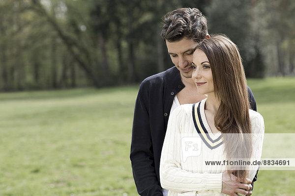 Porträt eines glücklichen Paares im Park