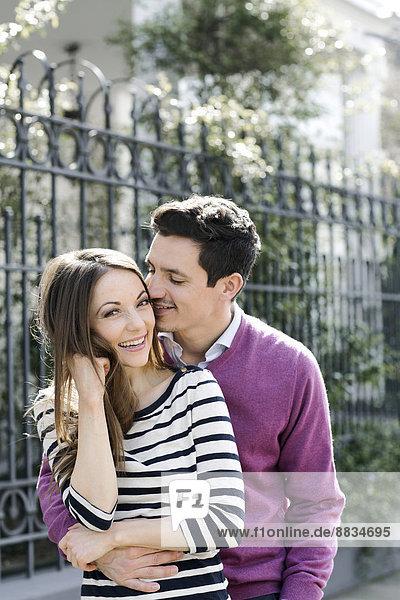 Porträt des glücklichen Paares unterwegs