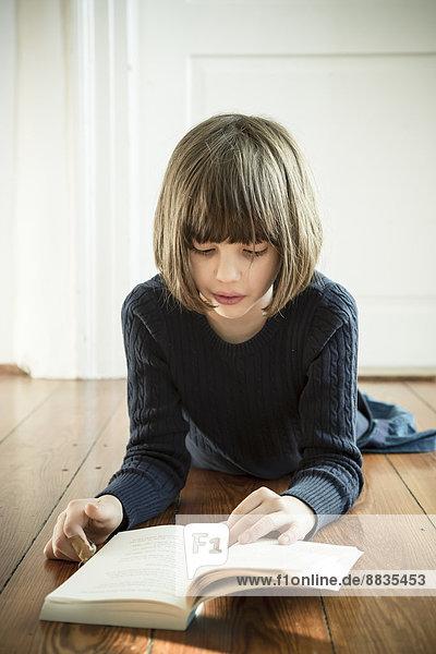 Porträt des lesenden Mädchens