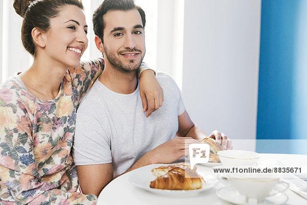 Junges Paar am Frühstückstisch Junges Paar am Frühstückstisch