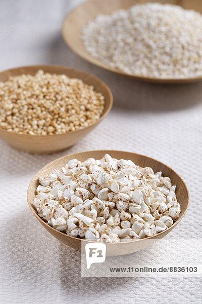 Gepuffter Buchweizen  Amaranth und Quinoa in Holzschalen
