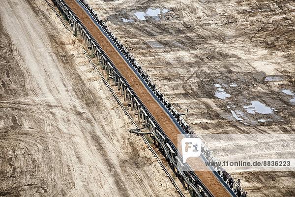 Deutschland  Nordrhein-Westfalen  Tagebau Garzweiler  Förderband mit Kohle