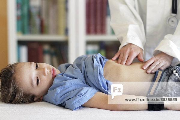 Deutschland  Mädchen beim Kinderarzt