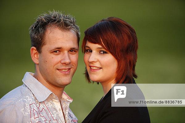 Porträt eines glücklichen jungen Paares