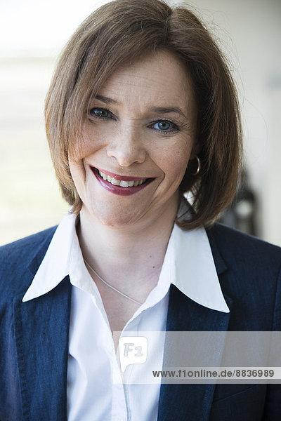 Porträt der lächelnden Geschäftsfrau