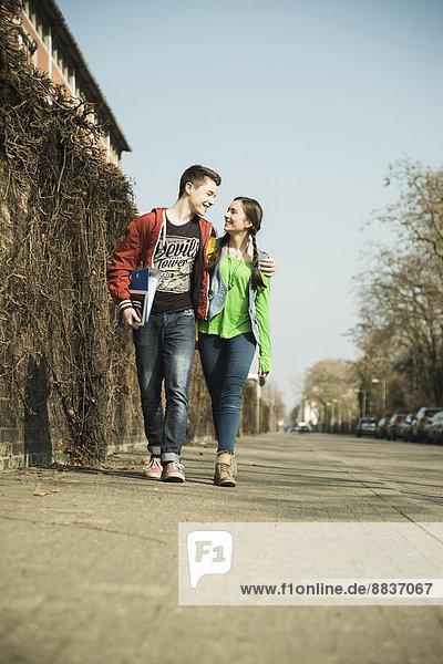 Teenager-Paar geht Seite an Seite
