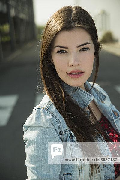 Porträt einer brünetten jungen Frau im Freien