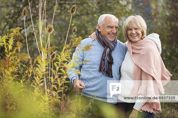 Porträt eines glücklichen älteren Paares beim Spaziergang