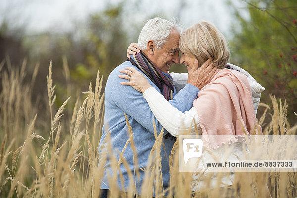 Porträt eines glücklichen verliebten Senioren