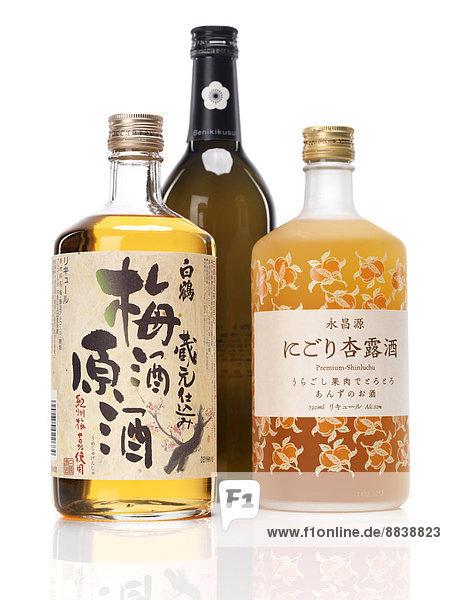 Japanischen Sake-Flaschen  White Crane Umeshu oder Pflaumenwein  Benikikusui Premium Pflaumen-Sake und Premium-shinluchu Aprikosenschnaps