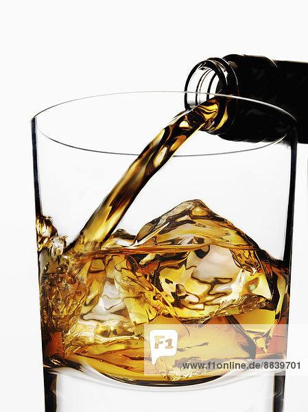 Glas  eingießen  einschenken  Eis  Whiskey