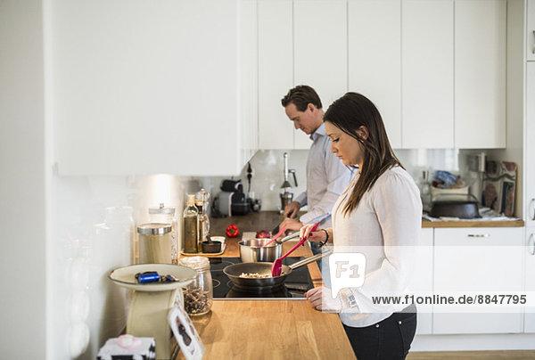 Gemeinsames Zubereiten von Speisen in der Küche