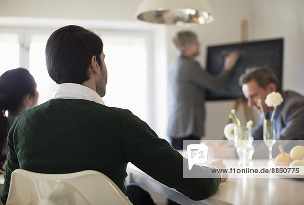 Rückansicht des Geschäftsmannes im Meeting