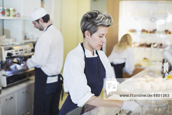 Mittlere erwachsene Arbeiterin im Cafe