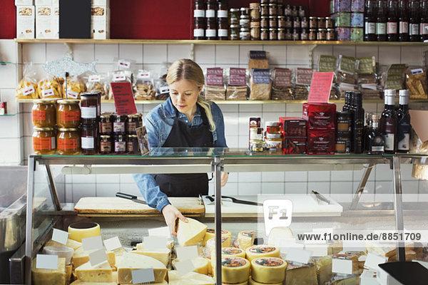 Verkäuferin an der Vitrine im Supermarkt