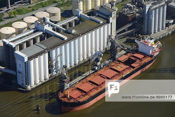 Luftbild  Frachtschiff Al Cmene vor ADM Ölmühle und Silo  Hamburg  Deutschland