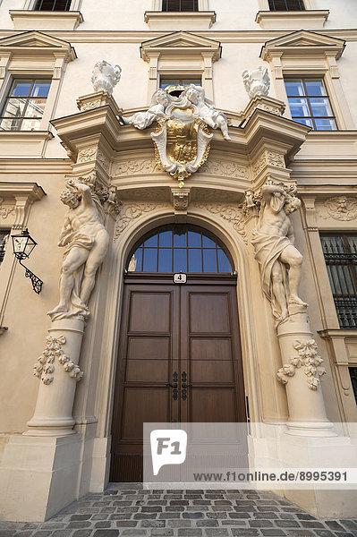 Eingangsportal mit zwei Atlanten vom Stadtpalais Liechtenstein  gebaut 1691-1705  Wien  Land Wien  Österreich