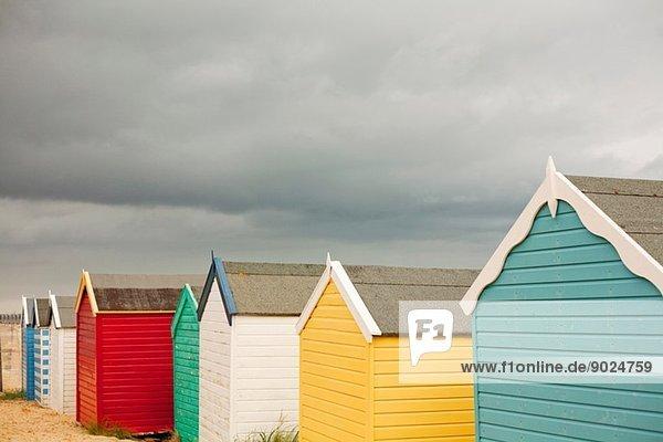 Reihe mehrfarbiger Strandhütten  Southwold  Sussex  UK