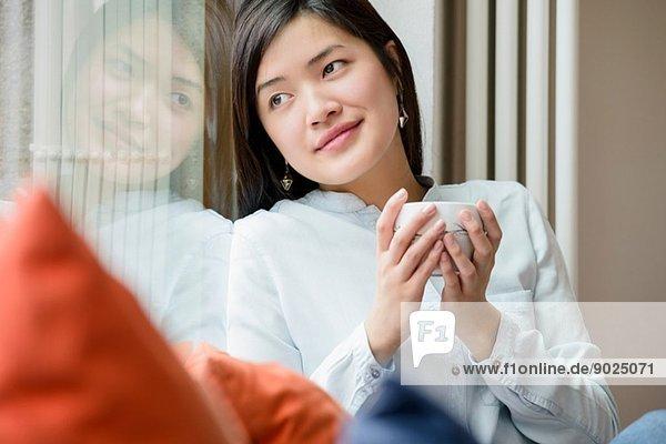 Frau entspannt sich bei einer Tasse Tee