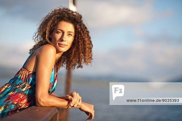Porträt einer jungen Frau am Steg