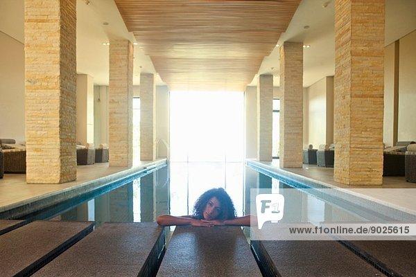 Porträt einer jungen Frau  die sich im Spa-Schwimmbad erholt.