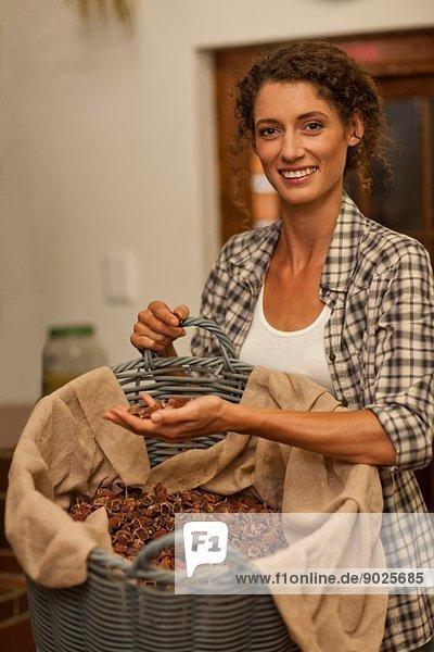 Frau mit Getreide in der Brennerei