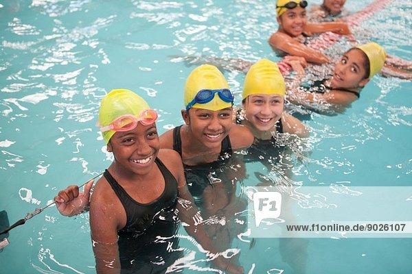 Gruppe von Schülerinnen bei einer Pause im Schwimmbad