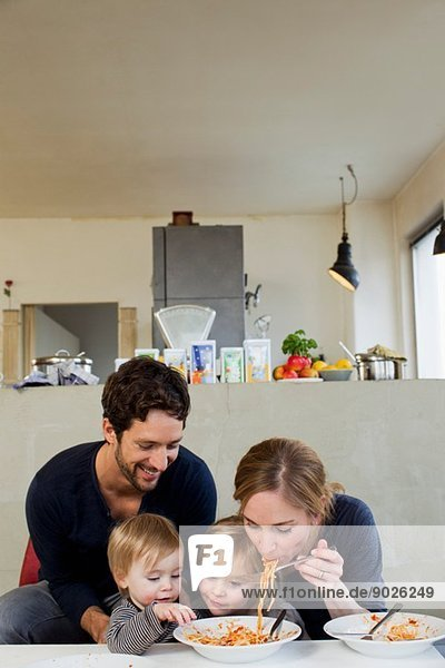 Familie mit zwei Töchtern beim Spaghettiessen