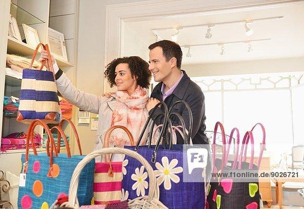 Paar durchsuchende Einkaufstaschen in einer Boutique