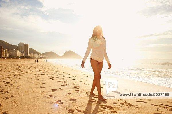Reife Frau beim Bummeln am sonnigen Strand von Copacabana  Rio De Janeiro  Brasilien
