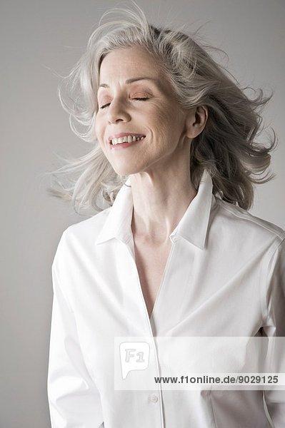 Reife Frau lächelnd  Augen geschlossen