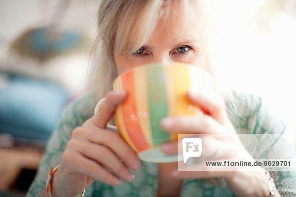 Nahaufnahme einer reifen Frau beim Kaffeetrinken