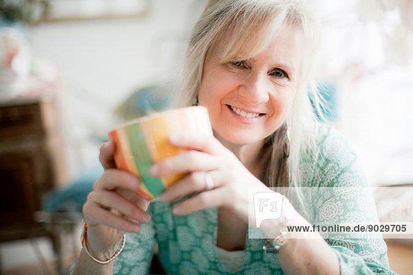 Portrait einer reifen Frau mit Kaffeetasse