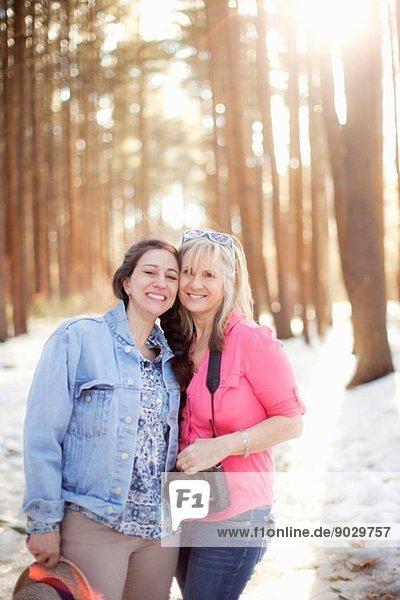 Portrait von reifen Frauen im Wald