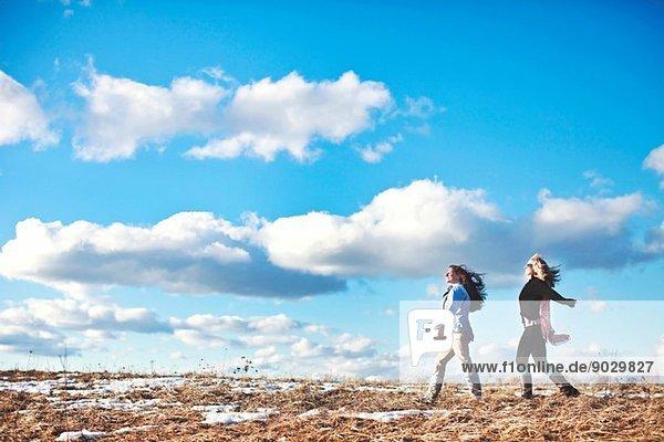 Zwei reife Frauen genießen einen erheiternden Spaziergang