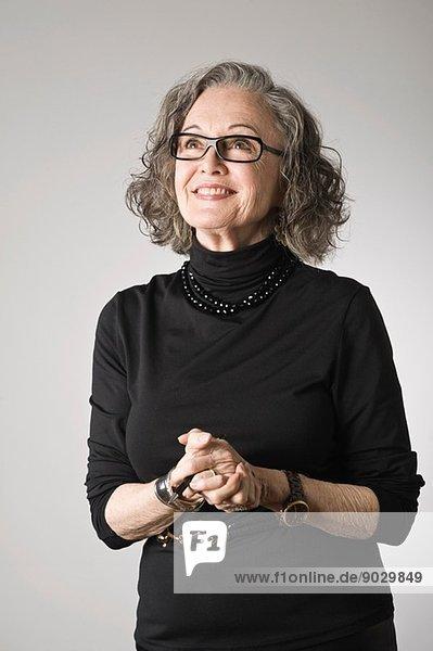 Porträt einer älteren Frau  nach oben schauend