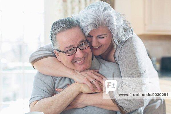 Zärtliches  erwachsenes Paar  das sich zu Hause umarmt.