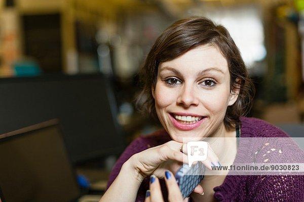 Portrait einer Designerin mit Smartphone