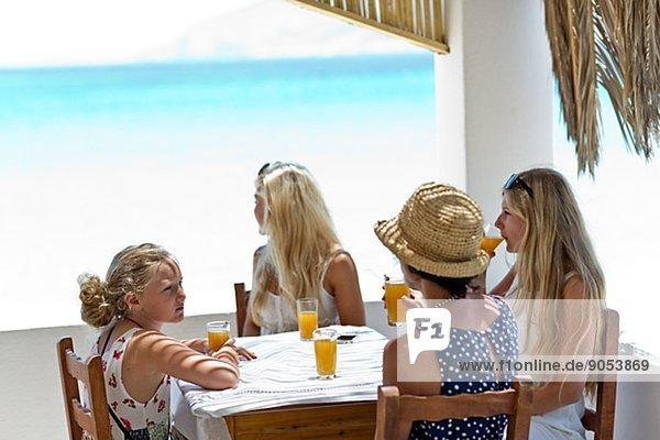 trinken  Saft  Veranda  Tochter  Mutter - Mensch  Griechenland