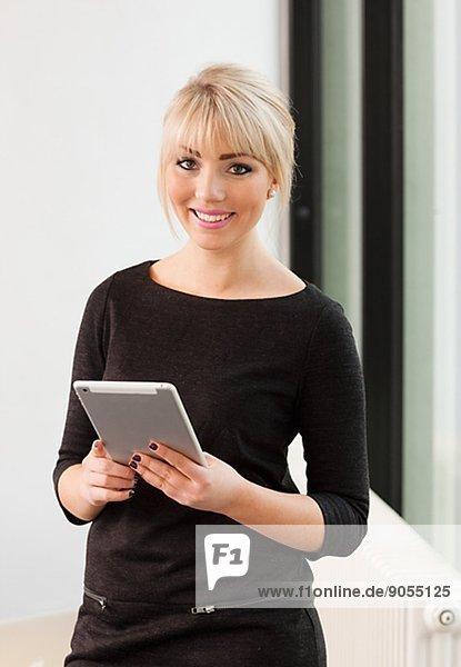 Geschäftsfrau  jung  Tablet PC