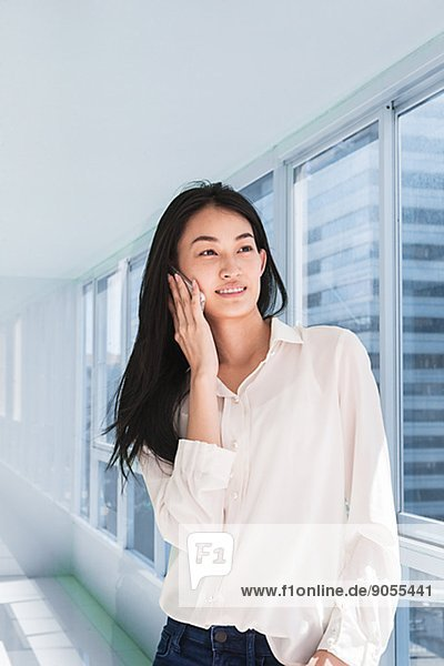 Korridor  Korridore  Flur  Flure  Frau  sprechen  Telefon  jung  Thailand