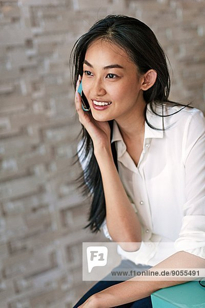 Frau  sprechen  Telefon  jung  Handy