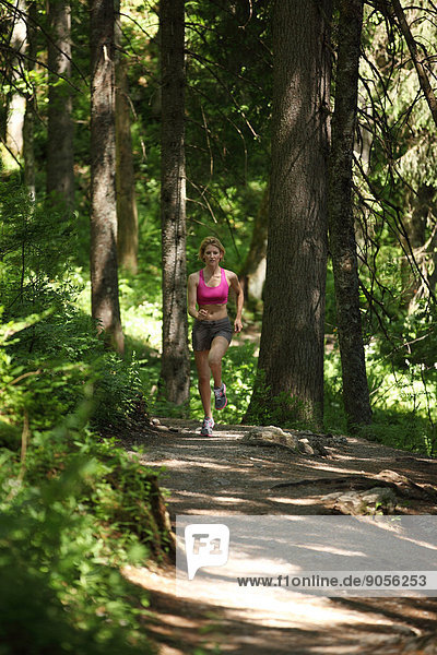 Frau joggt im Wald  Spitzingsee  Bayern  Deutschland