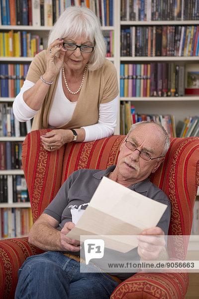 Interior zu Hause Senior Senioren Papier vorlesen