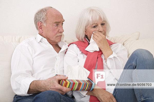 Senior tröstet weinende Frau