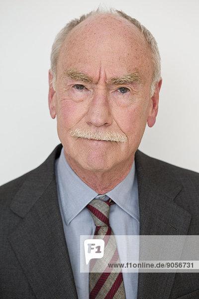 Senior im Anzug  Porträt