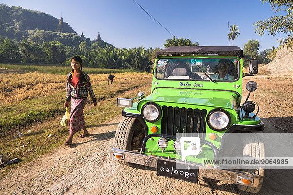 Frau neben Geländewagen  Jeep auf der Schotterpiste  Mrauk U  Sittwe-Division  Rakhaing Staat  Myanmar