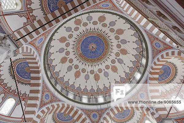 Kuppel der Atik Valide Moschee  von Mimar Sinan erbaut  Üsküdar  Istanbul  asiatischer Teil  Türkei