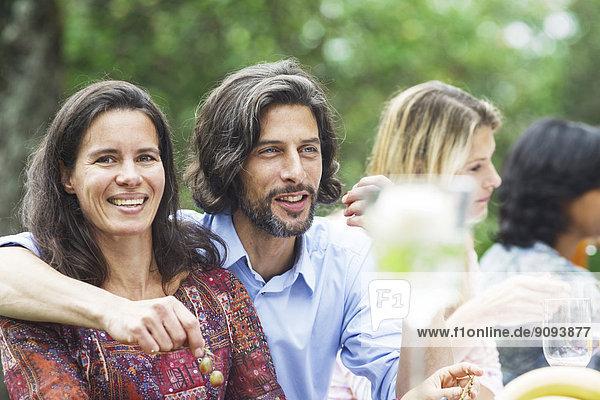 Glückliches Paar auf einer Gartenparty