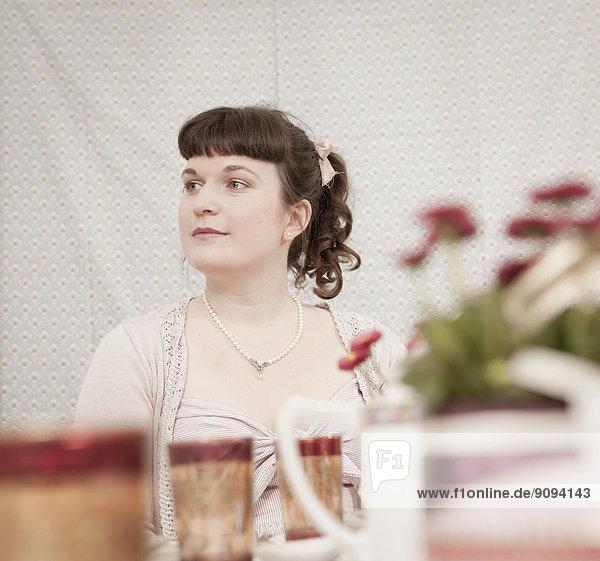 Junge Frau auf einer Teeparty im Retro-Stil